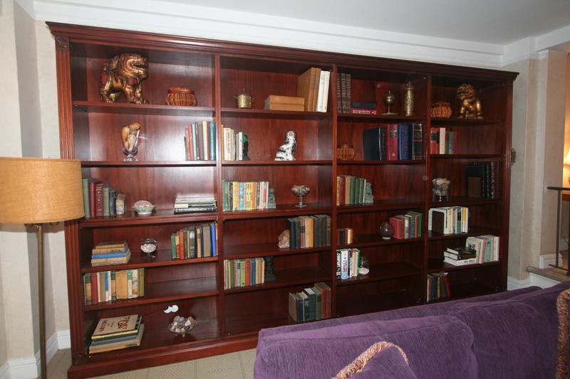 Home staging new york the art of arranging a bookcase for Interior design bookshelf arrangement